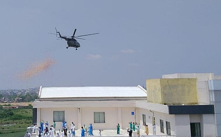 वायु सेना ने रांची के तीन कोविड-19 अस्पतालों के कोरोना योद्धाओं पर की हेलीकॉप्टर से पुष्प वर्षा, दिया अनोखा सम्मान