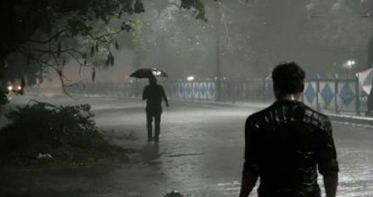 Weather Forecast LIVE Updates : बंगाल में गरज और बिजली के साथ हुई बारिश, जानें और जगहों का हाल