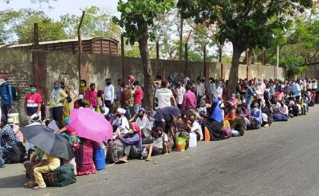 घर वापसी के लिए स्टेशन पर लंबी कतारों में खड़े हैं प्रवासी श्रमिक