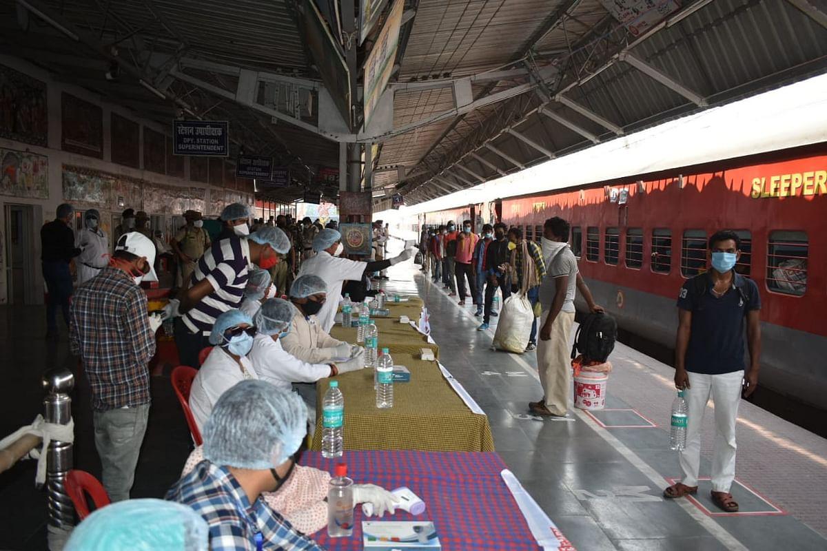 IRCTC Special Trains/Bihar Updates : प्रवासियों को लेकर बिहार पहुंची स्पेशल ट्रेनें, स्टेशन पहुंचते ही चूमी धरती, भेजा गया क्वारेंटाइन सेंटर