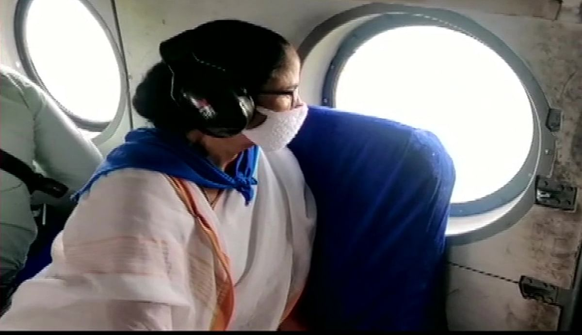सीएम ममता बनर्जी ने चक्रवात प्रभावित दक्षिण 24 परगना इलाके का किया हवाई दौरा, राहत कार्य में स्थानीय युवाओं को शामिल करने का दिया निर्देश