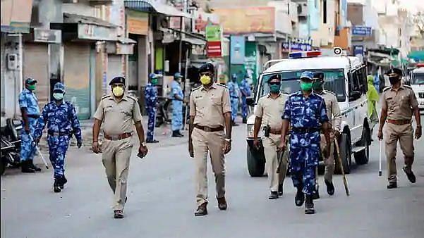 गुजरात में कोविड-19 कंटेनमेंट जोन में पुलिस पर पथराव, 68 लोग गिरफ्तार