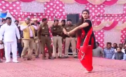 सपना चौधरी ने 'चटक मटक' गाने पर किया ऐसा डांस, फैंस के साथ पुलिसवाले भी बनाने लगे वीडियो