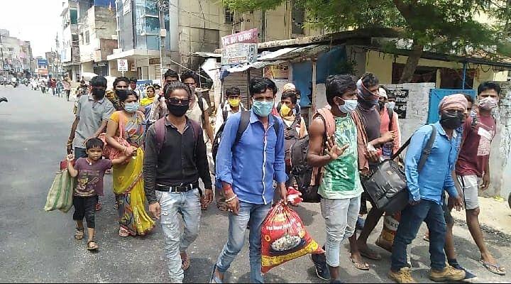 ना भोजन मिला न मिली गाड़ी, गुस्साये मजदूरों ने हंगामा किया और पैदल अपने घर चल पड़े