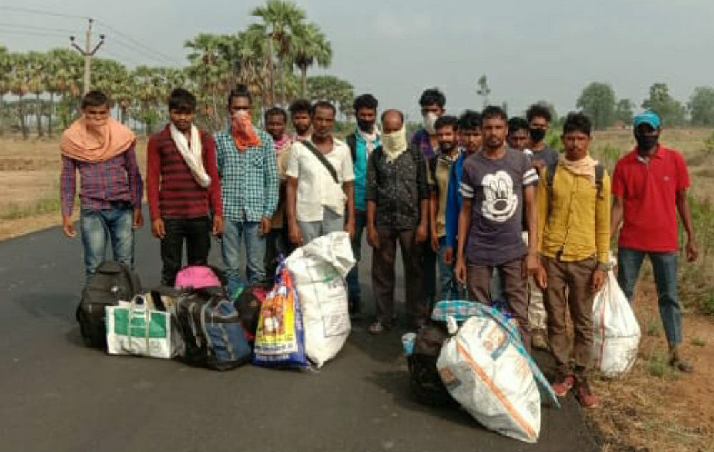 तेलंगाना से पैदल घर लौट रहे गुमला के मजदूर, कोरोना के डर से थाने से भगाया, ग्रामीणों ने रहने नहीं दिया