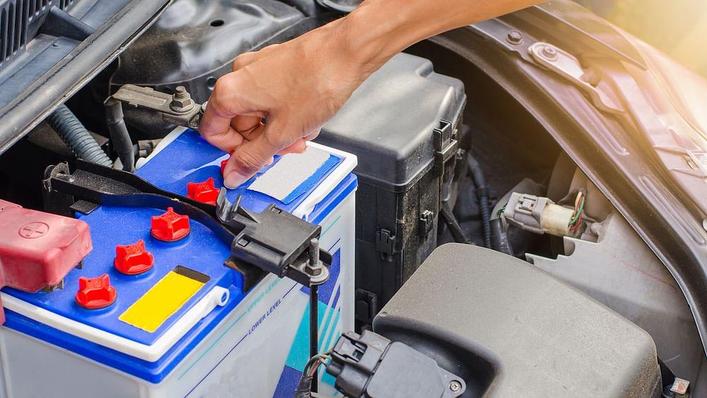 Tips & Tricks: लॉकडाउन में गाड़ी की बैटरी डाउन हो गई हो, तो ऐसे सुधारें उसकी सेहत