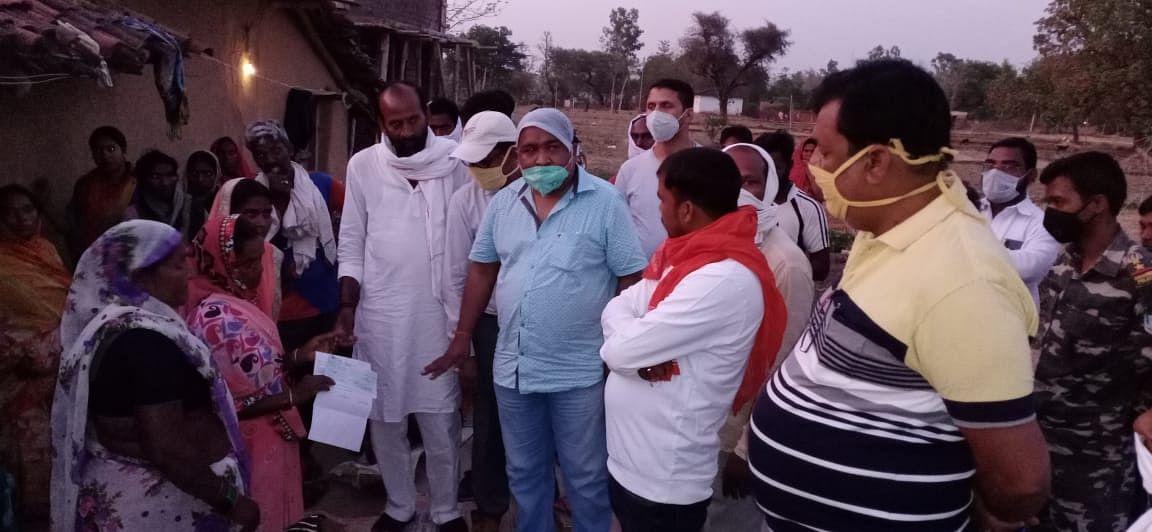 महाराष्ट्र सड़क हादसे में मारे गये मजदूर का शव पहुंचा पलामू, गांव में हुआ अंतिम संस्कार