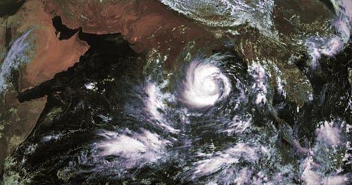 पश्चिम बंगाल की ओर तेजी से बढ़ रहा चक्रवाती तूफान 'अम्फान' , तटीय इलाकों से हटाये गये लोग
