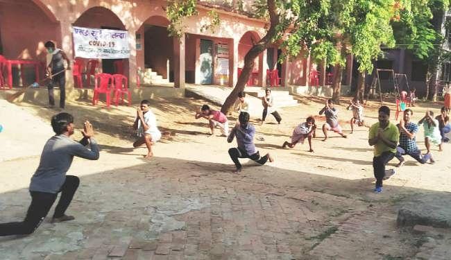 Quarantine Center in Bihar: सोशल डिस्टेन्सिंग के साथ क्वॉरेंटाइन सेंटरों पर सिखाये जा रहे योग, रोजेदारों के लिए इफ्तार और सेहरी की भी व्यवस्था, ...देखें तस्वीरें