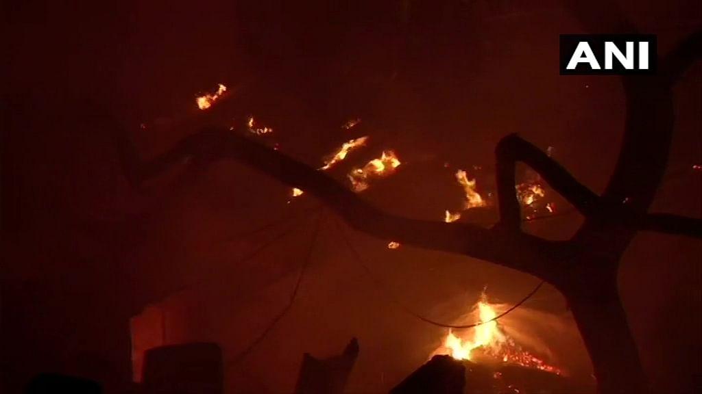 कीर्तिनगर में लगी आग पर काबू, 29 दमकल गाड़ियों को करनी पड़ी घंटों मशक्कत, 100 झुग्गियां जलकर खाक