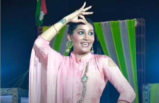 सपना चौधरी की 'चुनड़ी जयपुर से मंगवाई' ने मचाई धूम, पिंक सूट में ढाया कहर, देखें ये डांस VIDEO