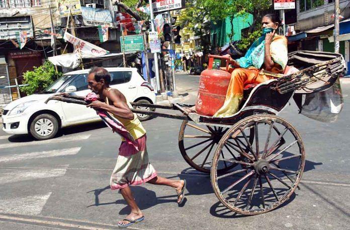 """लॉकडाउन और 'अम्फान' से तबाह कोलकाता के रिक्शाचालक का दर्द कहा, """"गरीबों के पास तो ज्वर भी नहीं फटकता... वे भूख से मरते हैं"""""""