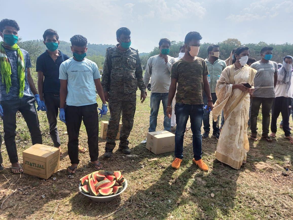 विधायक ममता देवी ने श्रमिकों के लिए नाश्ता व पानी का प्रबंध कराया.