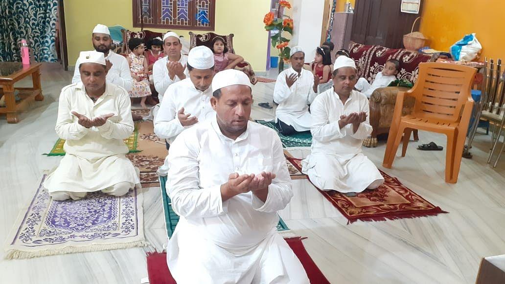 लॉकडाउन के बीच कोरोना से बचने के लिए लोगों ने घर में अता की ईद की नमाज
