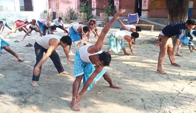 बेगूसराय के जिलाधिकारी अरविंद कुमार वर्मा के निर्देश पर प्रखंडों में बने क्वॉरेंटाइन सेंटर में आवासित प्रवासियों को प्रतिदिन कराया जा रहा योग