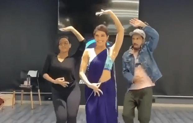 जैकलीन फर्नांडिस ने 'गेंदा फूल' पर किया जबरदस्त डांस, नीली साड़ी में कहर ढा रहीं एक्ट्रेस, Video Viral