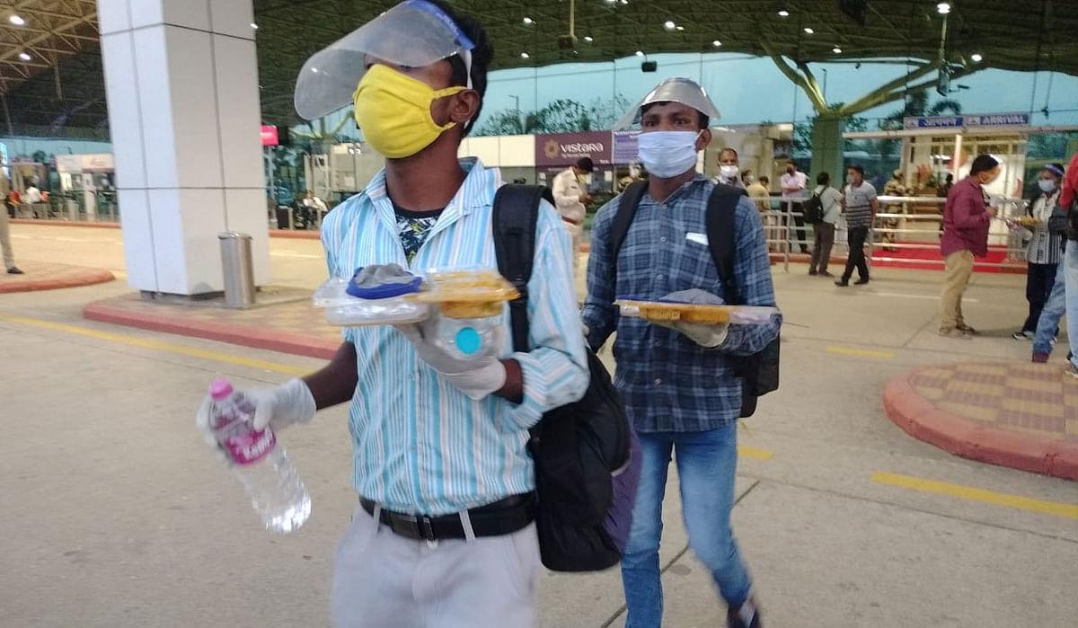 कंधे पर बोरा, पैर में हवाई चप्पल पहने अंडमान से पहुंचे 180 प्रवासी मजदूर