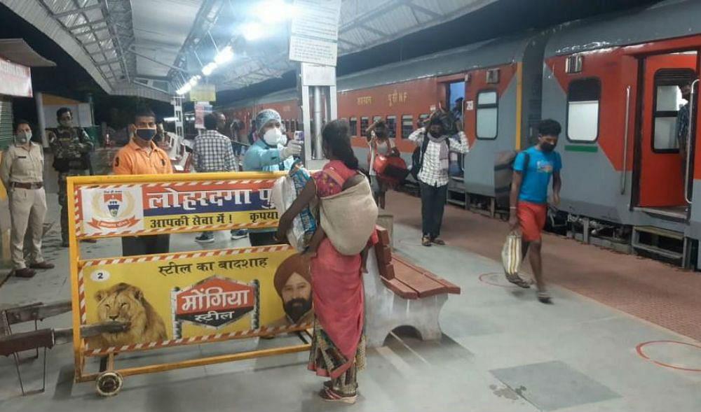 पहली बार लोहरदगा स्टेशन पहुंची श्रमिक स्पेशल ट्रेन, तीन जिले के 909 मजदूर आये वापस