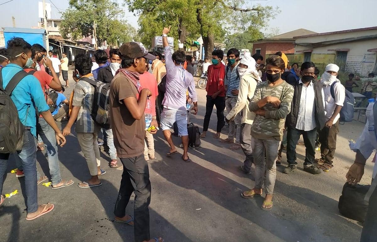 गढ़वा के कोरेंटिन सेंटर में अव्यवस्था से नाराज श्रमिकों ने किया रोड को जाम.
