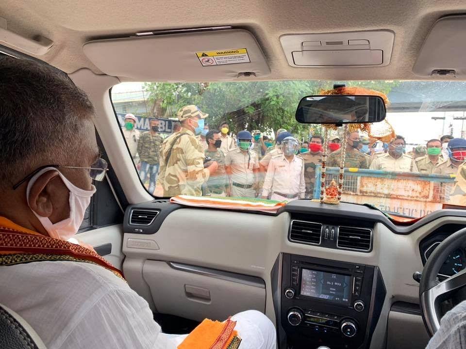 अम्फान प्रभावित क्षेत्रों में जा रहे भाजपा प्रदेश अध्यक्ष दिलीप घोष को पुलिस ने रोका, तो भाजपा ने पूछा- कौन कर रहा राजनीति ?