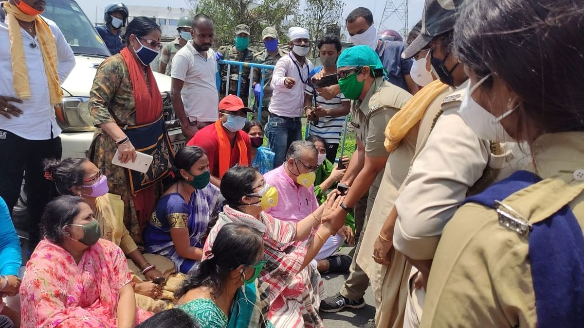 भाजपा सांसद लॉकेट चटर्जी को राहत सामग्री बांटने से रोका, समर्थकों संग धरने पर बैठीं