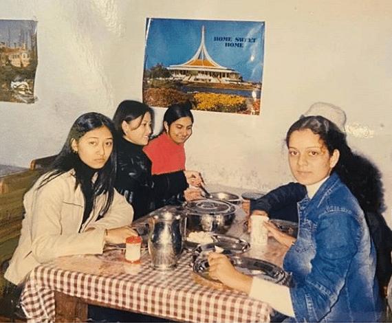 स्कूल की मेस में एक साथ खाना खाया और जीवन भर याद रखने वाली यादें बनायीं. यहां वह अपने दोस्तों, बॉन्डिना, रानीता और दामिनी के साथ हैं.