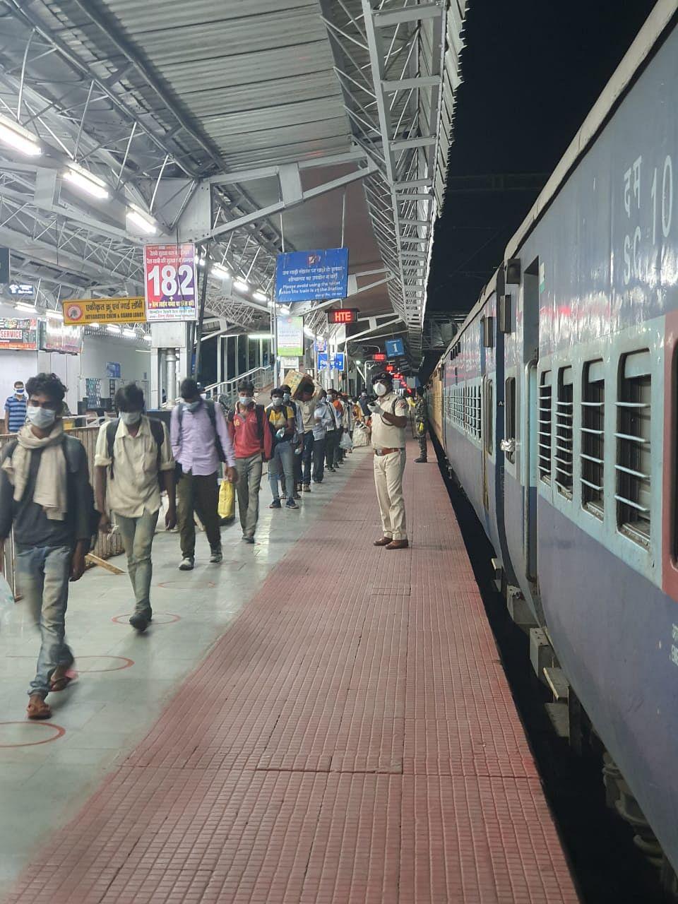 तेलंगाना से बोकारो पहुंचे 15 जिलों के 1058 प्रवासी भेजे गये घर