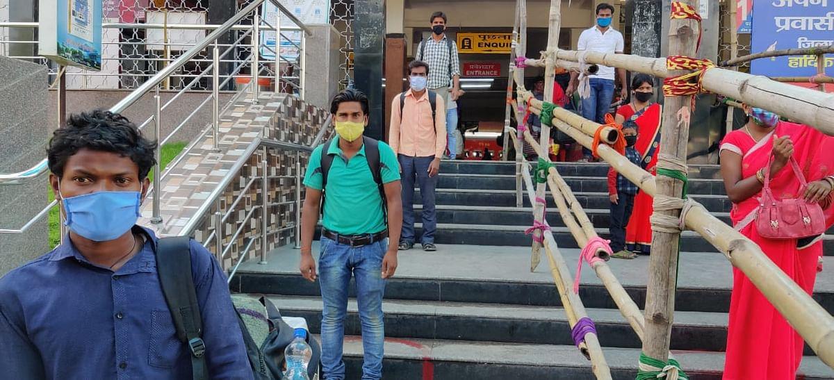 बेंगलुरु से बोकारो पहुंचे 1470 प्रवासी मजदूर घरों के लिए रवाना