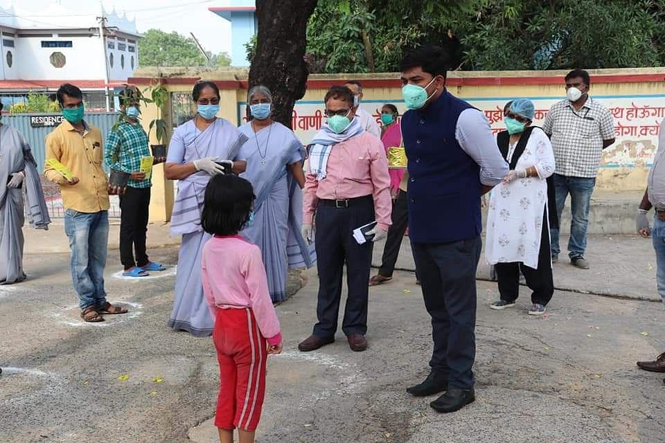 कोडरमा में छह साल की बच्ची समेत 19 ने दी कोरोना को मात, पुष्पवर्षा के साथ हुए अस्पताल से विदा