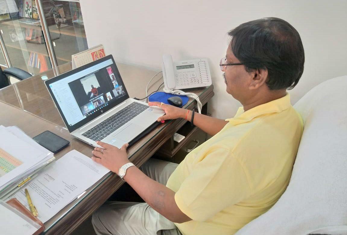 Covid-19: केंद्रीय मंत्री अर्जुन मुंडा ने सामाजिक संगठन के प्रतिनिधियों से वीडियो कॉन्फ्रेंसिंग से की बात