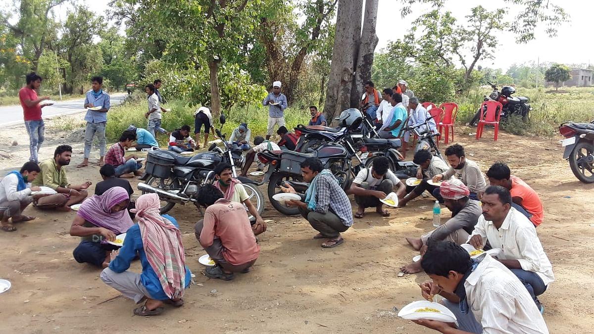 लॉकडाउन के दौरान सड़क किनारे लोगों को कराया जाता है भोजन.