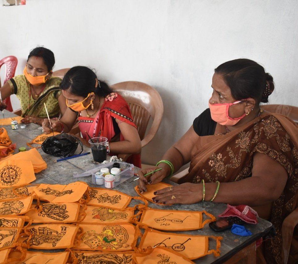मास्क पर कलाकार उकेर रहे हैं बिहार की विरासत, मधुबनी पेंटिंग से बना रहे हैं खूबसूरत मास्क