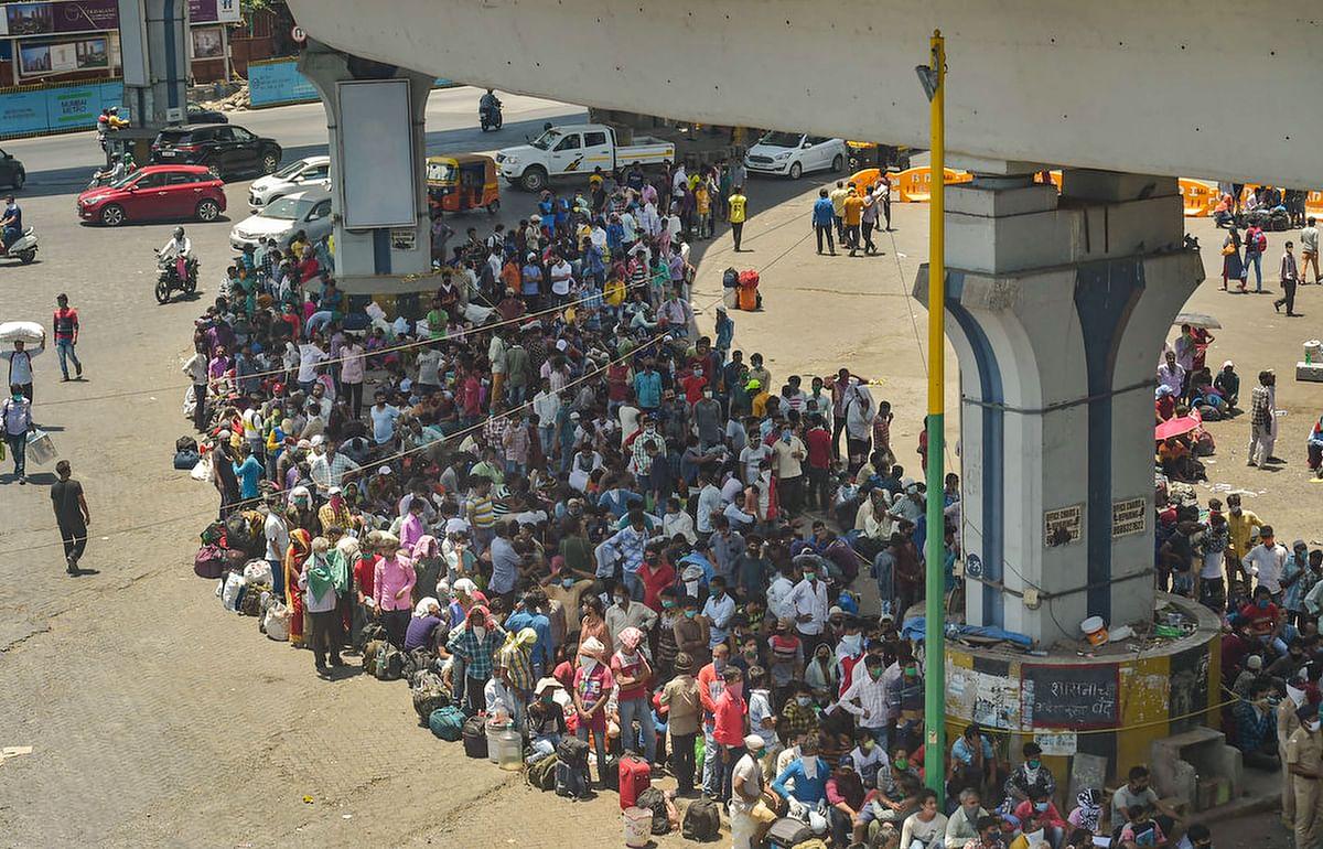 VIDEO : डरा सकती है मुंबई की ये भीड़, बांद्रा स्टेशन में उमड़ा बिहार लौटने वाले प्रवासी मजदूरों का हुजूम