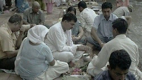 संक्रमित के शव के अंतिम संस्कार के दौरान पुलिस पर रोड़ेबाजी