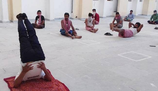 जमुई के क्वॉरेंटाइन सेंटर में योगा कर रहे अवासित