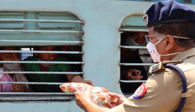 दिल्ली से आनेवाले बिहारियों को लेकर UP के दनकौर-दादरी और मुरादाबाद से खुली कई विशेष ट्रेनें, श्रमिकों को दिये गये पेयजल और खाद्य पदार्थ
