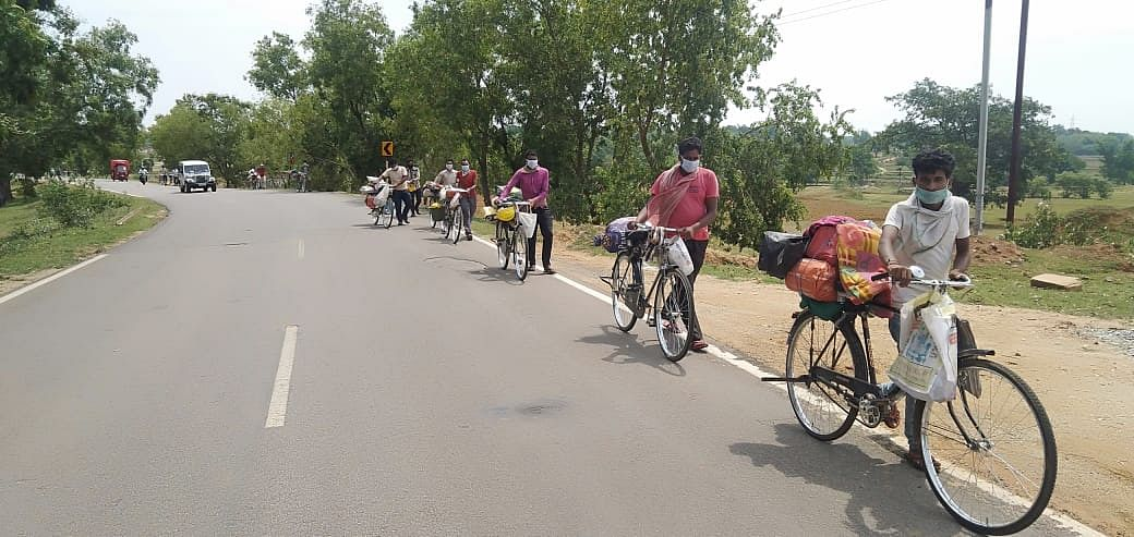 जान जोखिम में डालकर घर वापसी कर रहे झारखंड से पलायन करने वाले मजदूर, हैदराबाद से पैदल पलामू पहुंचे 29 लोग