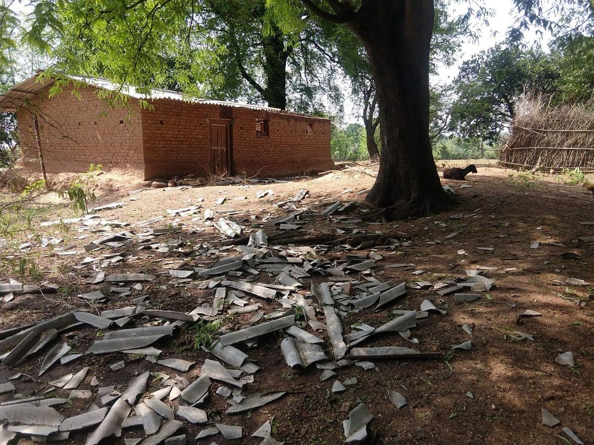 गुमला में अचानक बदला मौसम, खेतों में लगी फसल के साथ-साथ खपरैल के मकान भी क्षतिग्रस्त