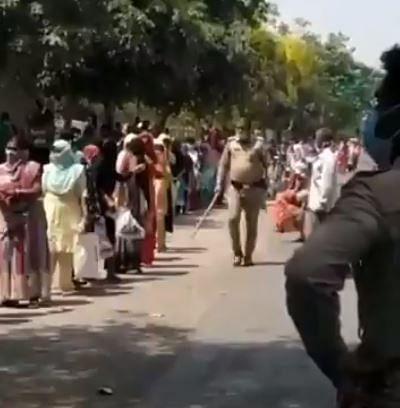 Viral Video : राशन के लिए कतार में खड़ी महिलाएं, उन पर लाठी चलाता यूपी पुलिस का जवान