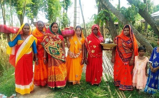 कोरोना से मुक्ति के लिए महिलाओं ने कोसी नदी तट पर की पूजा-अर्चना, चढ़ाया दही-चूड़ा का प्रसाद
