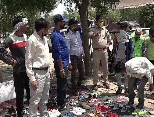 आगरा पुलिस ने पेश की मानवता की मिशाल, नंगे पांव चल रहे प्रवासी श्रमिकों के लिए लगाए जूते-चप्पलों के स्टॉल