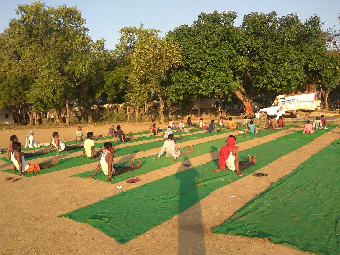 गया के टिकारी स्थित क्वॉरेंटाइन सेंटर पर युवा भारत द्वारा कराया जा रहा पीटीए (ड्रिल) एवं योगासन