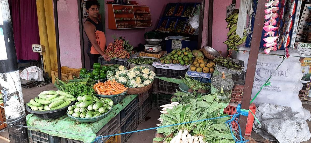 गोला में दो रुपये किलो बिक रही भिंडी, जानें बाकी सब्जियों के दाम