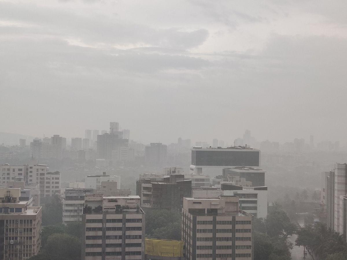 जब मुंबई के कुछ भागों में तूफान और बारिश होने लगी तो ऐसा था मुंबई शहर का नजारा.