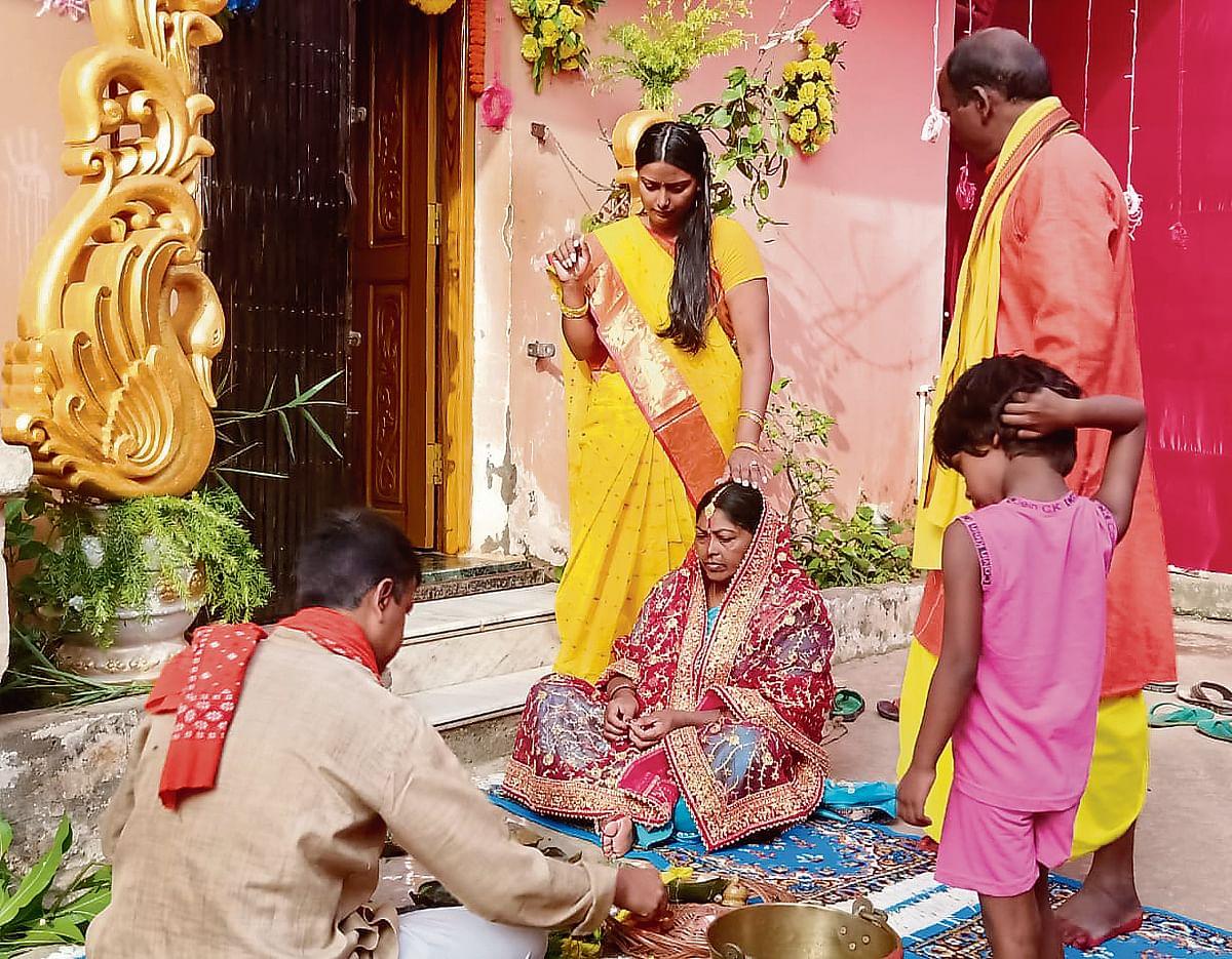 रांची के रातु स्थित मकान में दीपिका की शादी से पहले की रस्म निभाती उनकी मां.