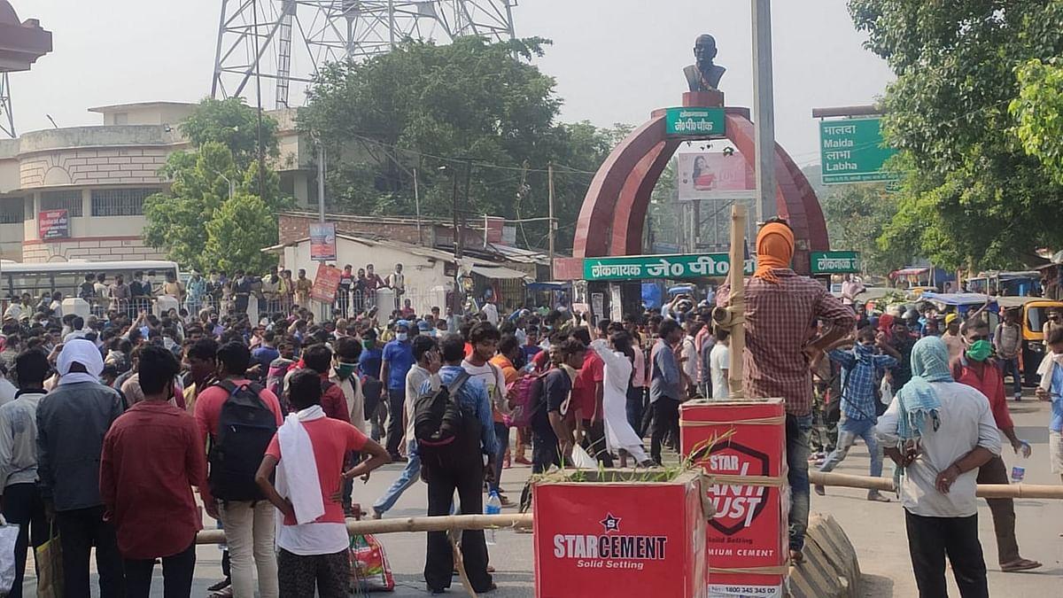 केरल से कटिहार पहुंचे प्रवासियों ने बस ने मिलने पर किया हंगामा, पुलिस ने किया लाठीचार्ज