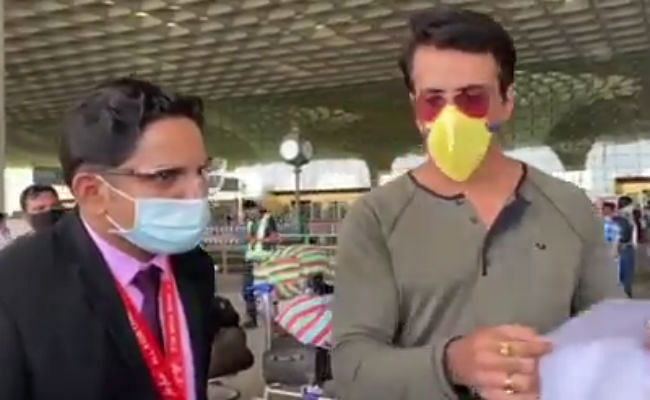 सोनू सूद ने 180 प्रवासियों को फ्लाइट से भेजा घर, मुंबई एयरपोर्ट से सामने आया ये VIDEO