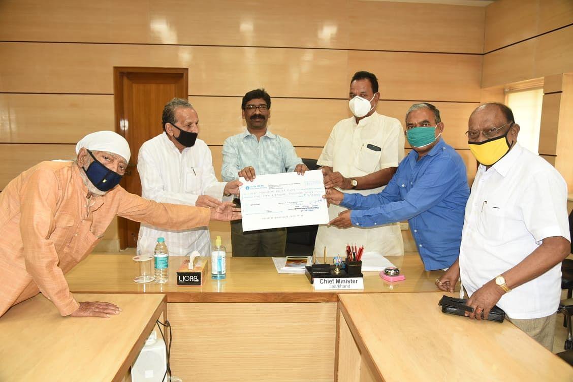 Jharkhand Coronavirus: कोरोना से निबटने के लिए पूर्व विधायकों ने मुख्यमंत्री राहत कोष में दिये 5 लाख 51 हजार रुपये