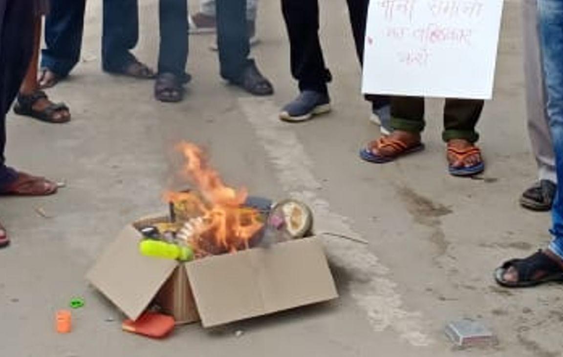 गलवान घाटी के शहीद जवानों को श्रद्धांजलि देने के लिए बड़कागांव के लोगों ने जलायी चाइनीज सामानों की होली