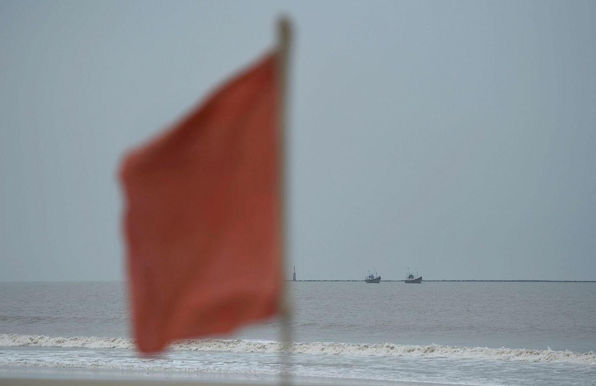 समुद्र के तटीय इलाकों में लाल झंडी लगा कर लोगों को वहां पर नहीं आने दिया जा रहा है.